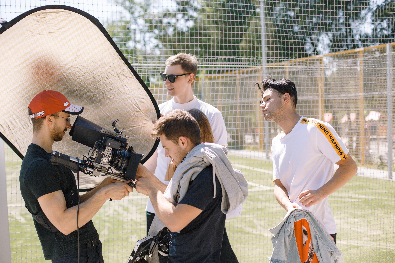 Оператор с профессиональной камерой снимает музыкальный клип Днепр